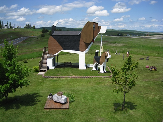 beagle-shaped bed and breakfast in Idaho